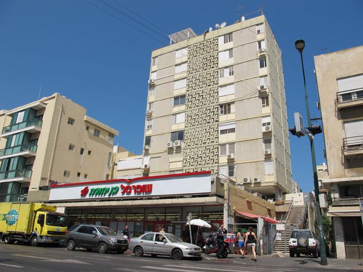מגדל המגורים ברחוב בן יהודה בתל אביב: גבוה לזמנו (9 קומות) עם שופרסל (ראשון בישראל) למטה (צילום: מיכאל יעקובסון)