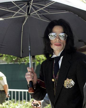 ההיסטוריה חוזרת: מייקל ג'קסון במשקפי טייסים עם עדשות מראה, 2005 (צילום: gettyimages)