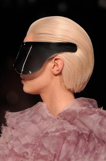 2012: משקפי מסכה בתצוגה של אלכסנדר מקווין (צילום: gettyimages)