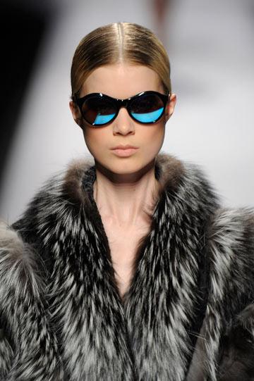 2012: משקפי שמש עם עדשות מראה בתצוגה של אלברטה פרטי (צילום: gettyimages)