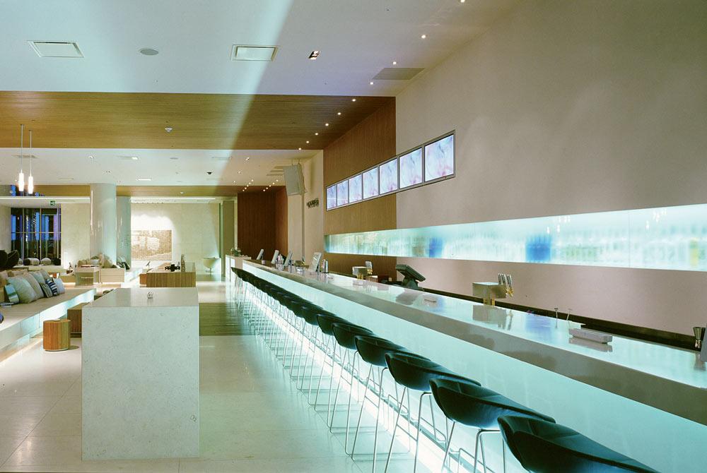 מלון W בסיאול (אדריכלות: רם קולהאס). הסניף האסיאתי הראשון של הרשת, שנחנך ב-2004, הוא סינתזה של מוטיבים האופיינים לויסברוד, כמו הבר הארוך  (צילום: באדיבות אילן ויסברוד)