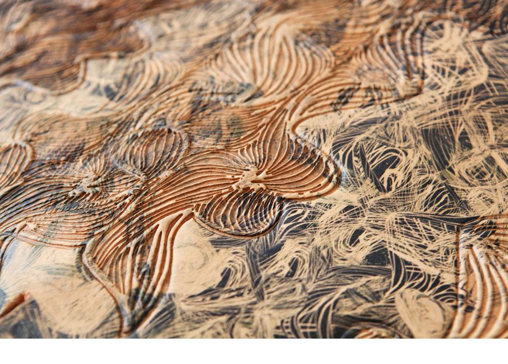 הפרויקט של נופר סגל: חיפוי קיר שעשוי מעור צמחי, שעליו הדפסים, הבלטות והטבעות. דוגמה אחת מכמה פיתוחים טכנולוגיים שאפשר לראות בתערוכה (באדיבות שנקר)