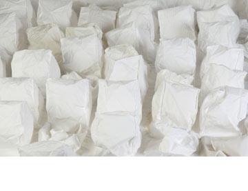 חלק מהפרויקט של מעיין גוטפלד. כשמנערים את כיסוי המיטה הכיסים מתמלאים אוויר (צילום: תמי דהן)