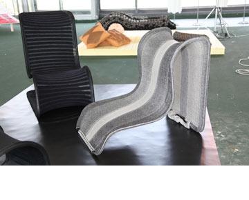 הפרויקט של שרה גולדרייך: מתח בין סריג לקונסטרוקציית פלדה. הטקסטיל אינו הכיסוי של הכיסא כי אם המושב עצמו (צילום: תמי דהן)