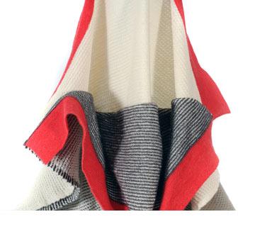 אסטתיקה יפנית וחידוש טכנולוגי בפרויקט של מיתר קרני: סריג רך מצדו האחד, בשילוב טכנולוגיית וולקרו בצידו השני. כך אפשר לעטוף איתו את הגוף, כמו עם תחבושת גדולה (צילום: יגאל פרדו)