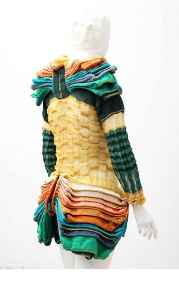העבודה של איריס ארד. ''גוף-בגד'' עשיר בנפחים, שסרוג במכונה ביתית מפוליאסטר, ניילון, אצטט, צמר כותנה וגומי (צילום: סשה פליט)