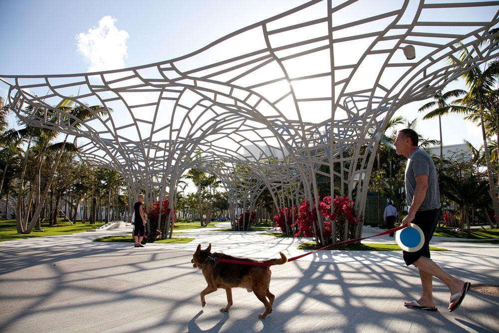 פרויקט של המשרד ההולנדי המצליח west8 (קישור לכתבה בהמשך), במיאמי ביץ'. פתאום אנשים רוצים להסתובב ברגל (צילום: West 8 urban design & landscape architecture)