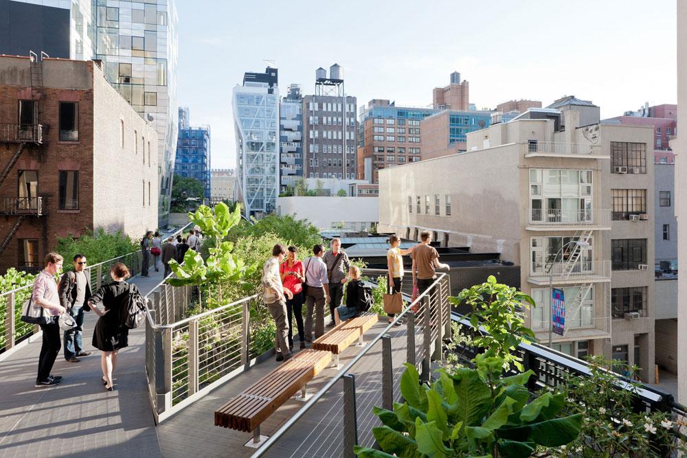 האטרקציה התיירותית הבולטת ביותר בניו יורק בשנתיים האחרונות: high Line, מסלול ההליכה שנוסד על חורבות מסילת ברזל נטושה במערב מנהטן, בשיתוף הציבור (צילום: ©Iwan Baan, 2011)