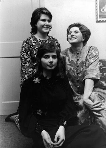 איזבלה רוסליני (במרכז) עם אמה אינגריד ברגמן ואחותה אינגריד רוסליני, 1971 (צילום: gettyimages)