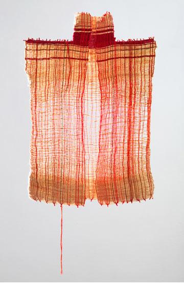 העבודה של נטלי איטח. פריטי לבוש שיורדים מנול האריגה כיחידה אחת, ללא תפרים, ושואבים מתרבויות שונות - משבטים אפריקאיים ועד שנות ה-20 בניו יורק (באדיבות שנקר)