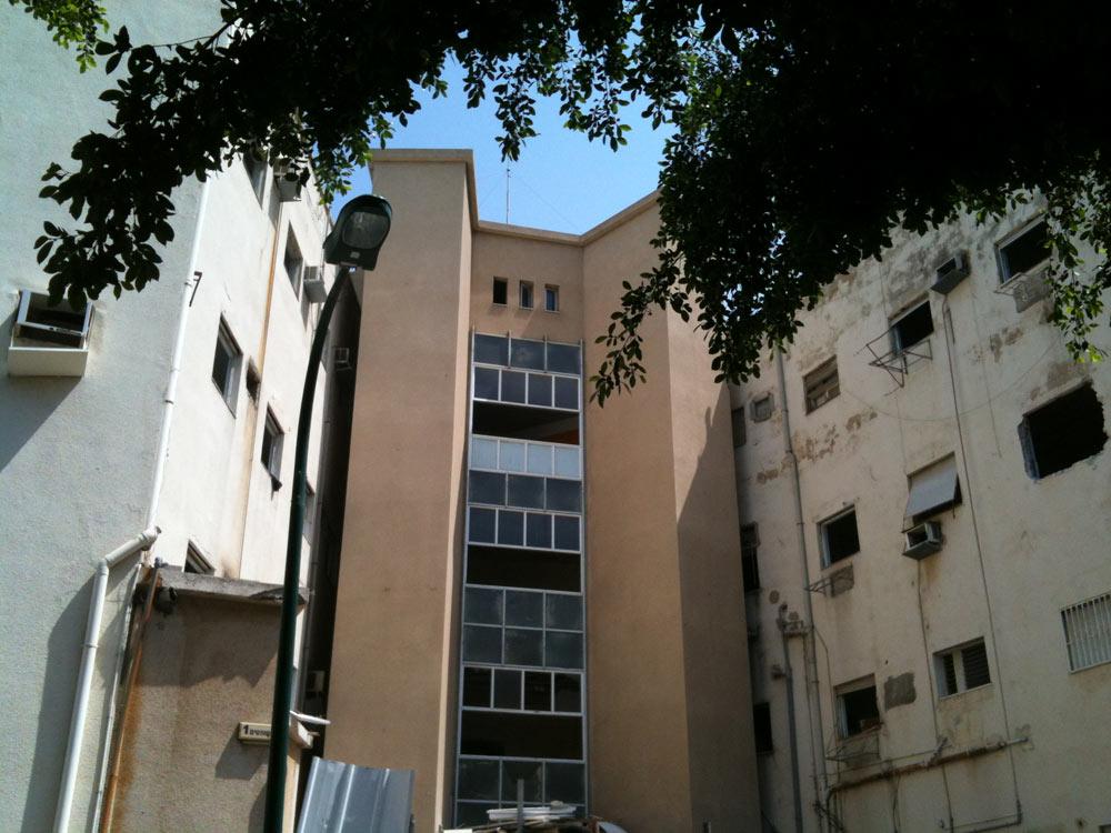 זמנהוף השבוע, על רקע הריסת חלק מהמבנה הוותיק שהשתרע על 4,700 מ''ר והתאפיין בחלונות במקצבים קבועים (צילום: עודד בן יהודה)