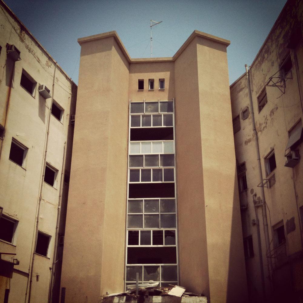 הימים האחרונים של זמנהוף (ככל הנראה, הבניין עם הכי הרבה מזגנים בתל אביב) כפי שהכרנו אותו (צילום: עודד בן יהודה)