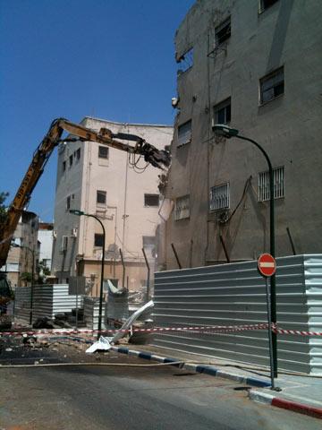 הורסים את המבנה הישן (צילום: עודד בן יהודה)