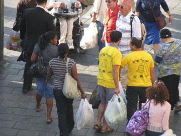 בין המתנדבים עצמם יש סטודנטים ותיכוניסטים, דתיים וחילוניים. כל מני קצוות שמתערבבים ביחד (צילום: יוסי ביבס)
