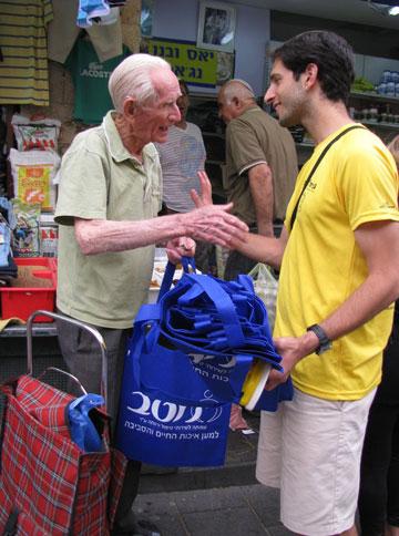 יקיר פרטוש בפעילות בשוק, עוזר ומקשיב (צילום: יוסי ביבס)