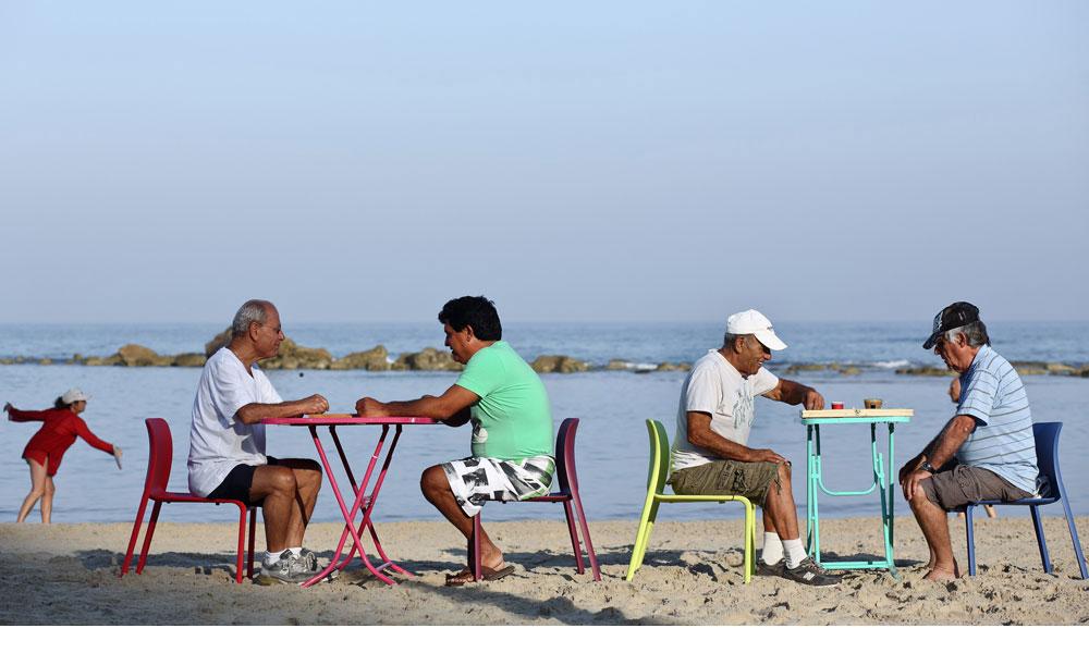 חוף הסלע בבת ים הוא חוף של פעם.  בנצי בורקס, דני הכושי, שמוליק ומיכה-ניו יורק משחקים שש-בש בכל בוקר  - חורף,קיץ, לא משנה - אחרי שהם מסיימים להתעמל על החול. שום דבר לא משתנה פה, רק שהפעם הם יושבים על כיסאות מ''טולמנ'ס'' במקום על ''כתר פלסטיק'', ומשחקים על שולחנות מ''סופי'' במקום שולחנות העץ הישנים (צילום: דן פרץ )