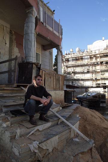 מנהל המחלקה לשימור מבנים בעירייה, ירמי הופמן, על מדרגות וילה פיטמן. מבקש להכיר בזכותם של העשירים לגור כאן (צילום: אמית הרמן)