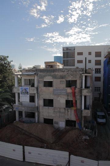 צומת שהוא אתר בנייה: הבניין המשתמר מול פיטמן (צילום: אמית הרמן)