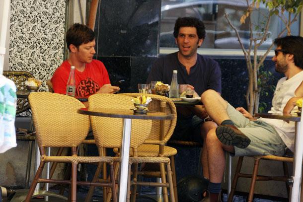 מרשק ושכטר מדסקסים עם חבר (צילום: רועי חביב)