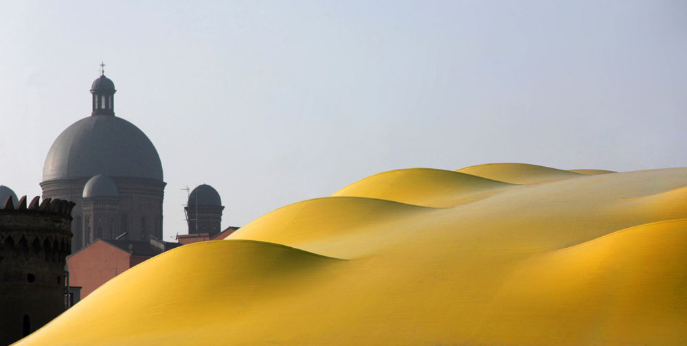 אלה לא דיונות, אלא מבט על הגג הצהוב של מוזיאון אנצו פרארי במודנה. הרכיב הבולט ביותר במוזיאון (צילום: Andrea Morgante)