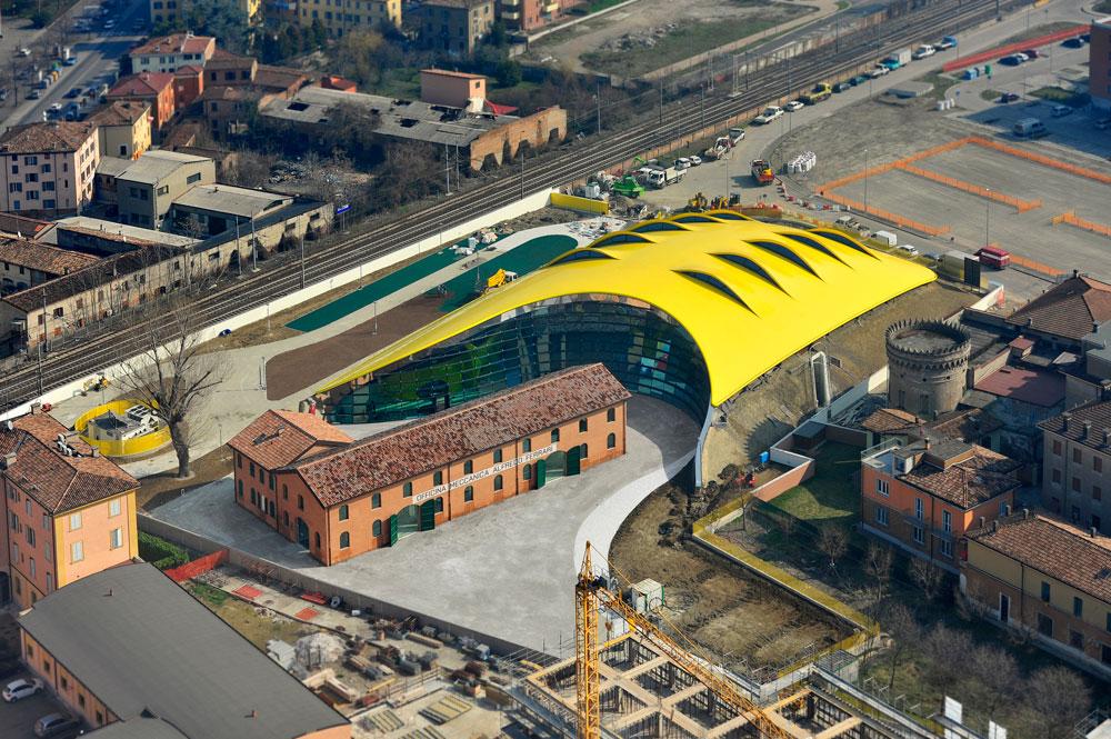 ממעוף הציפור והמטוס, נראים ממדיו של המוזיאון. הוא מורכב מהמבנה הישן ששימש כבית המלאכה של אנצו פרארי, וממבנה חדש שעוטף אותו (צילום: Studio Cento29)