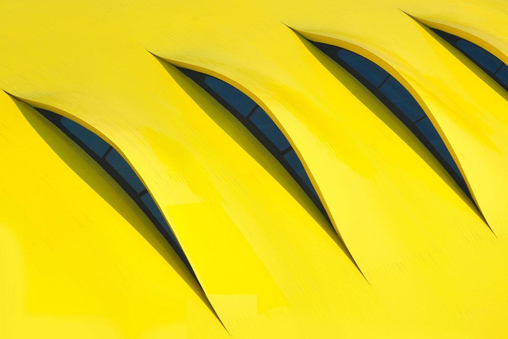 ההשראה לגג האלומיניום ברורה: עשרה חרכים, בהשפעת כונסי האוויר של מכוניות ''פרארי'' (צילום: Studio Cento29)