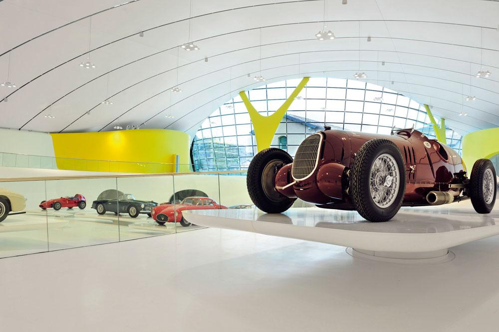 בניגוד למוזיאון השני של פרארי, במראנלו, התצוגה כאן מרווחת ונהנית מאסתטיקה מעוררת התפעלות. חלק מהמבנה נחפר מתחת לקרקע (צילום: Studio Cento29)