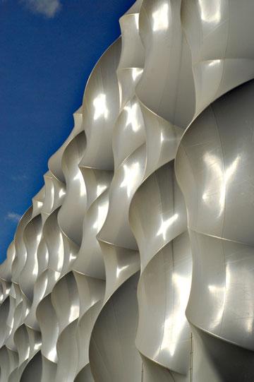 המעטפת של אולם הכדורסל: יריעות ממברנה מתוחות על קשתות (צילום: LOCOG, London 2012)