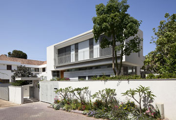 הבית ''מרים ראש'' מעל החומה ומשקיף על הסביבה (צילום: עמית גרון)