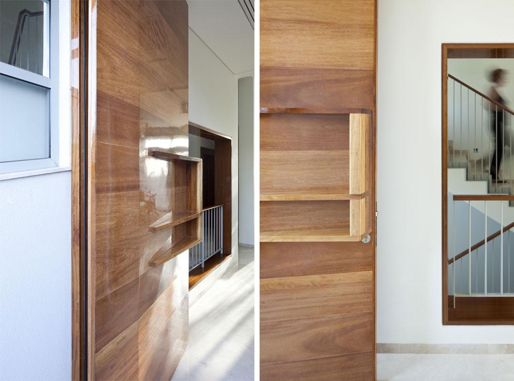 דלת הכניסה עשויה עץ אירוקו בעיבוד מיוחד. האדריכלים החליטו על מעטפת נייטרלית ככל האפשר, כדי להשאיר את הבמה לאוסף הרהיטים העתיקים של בעלי הבית (צילום: עמית גרון)