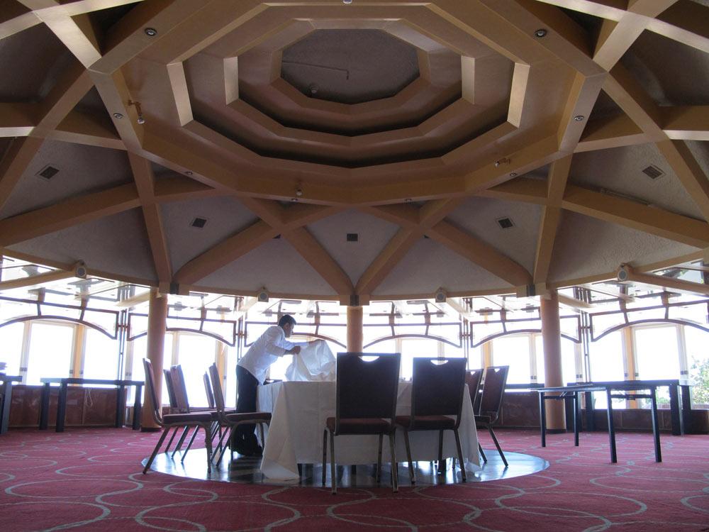 המסעדה נראית כמו צלחת מעופפת, או כובע נשי מהפיפטיז. ''אין לך מלים, מקום מקסים, מטריף ואווירה שיגעון'', כתבו בעיתון (צילום: מיכאל יעקובסון)