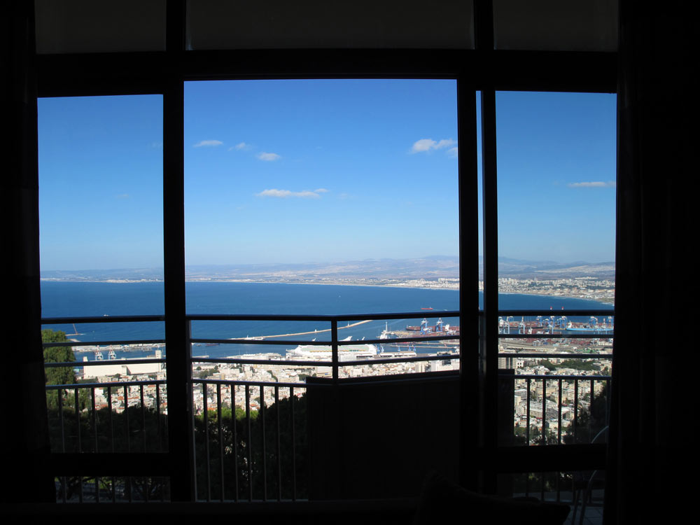 הנוף שנשקף מאחד החדרים. המגרש המקורי הציע חזית צרה מדי למפרץ חיפה (צילום: מיכאל יעקובסון)