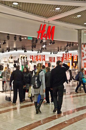 בולטים בשטח. H&M בעזריאלי (צילום: טל שחר)