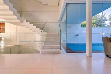 מעקות הזכוכית שוקעו בתוך מדרגות הבטון (צילום: איתי סיקולסקי)
