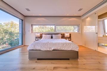 חדר שינה עם חדרי רחצה וארונות צמודים (צילום: איתי סיקולסקי)