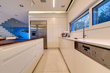חלונות סרט ומטבח לבן (צילום: איתי סיקולסקי)