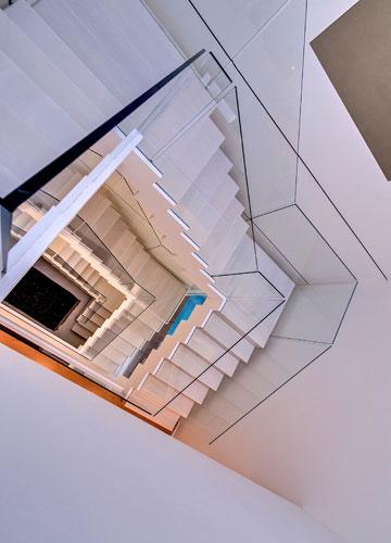 הכחול מנצנצץ גם מהקומה העליונה (צילום: איתי סיקולסקי)