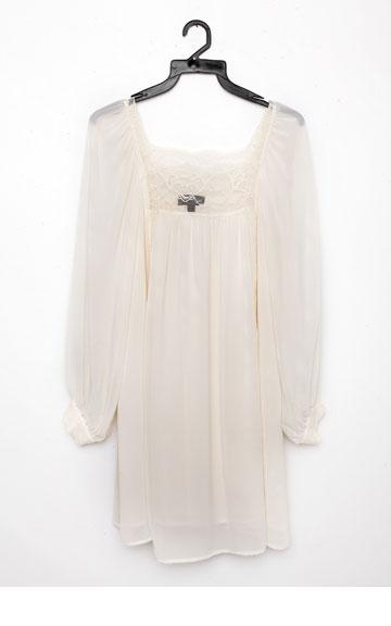 """שמלת תחרה לבנה של טופשופ. """"המוכר נלחם שאקנה אותה, ולבסוף הוא צדק. אני לא מפסיקה ללבוש אותה"""" (צילום: ענבל מרמרי)"""