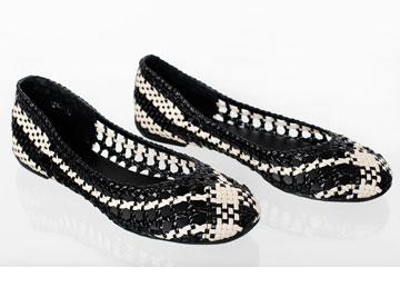 """נעליים קלועות של לואי ויטון. """"הגב שלי גומר עליי"""" (צילום: ענבל מרמרי)"""