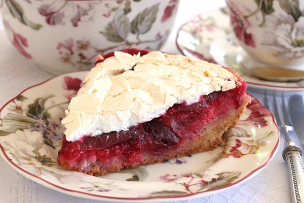 עוגת שזיפים עם מרנג (צילום: אסנת לסטר)