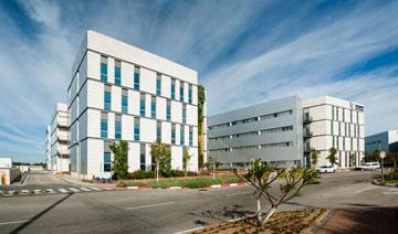 מבנה משרדים במתחם איירפורט סיטי. תכנון: מן-שנער אדריכלים (צילום: גל דרן)