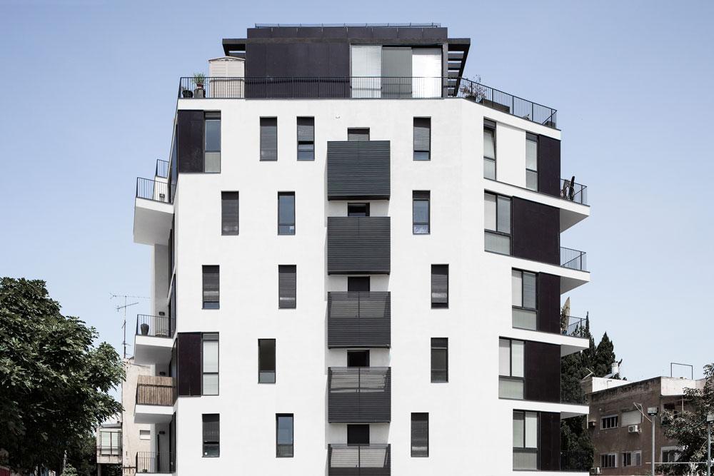 בניין מגורים ברחוב טיומקין בלב ת''א, שאוכלס לפני כחודשיים. המתכננים, בר אוריין אדריכלים, הם המשרד הבולט ביותר ב''חלונות קופצים''  - בעיקר כשמדובר בתוספת קומות בבניינים לשימור, אך גם כאן (צילום: אביעד בר נס)