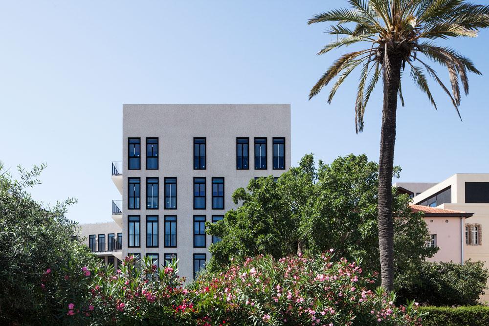 והנה התגובה הישראלית: בניין מגורים במושבה האמריקאית בתל אביב-יפו (תכנון: בר אוריין אדריכלים). הקומה האחרונה שונה משאר הקומות, וכך נוצר האפקט האקראי בחזיתות (צילום: אביעד בר נס)