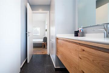 מבט מתוך חדר הרחצה הצמוד לחדר השינה (צילום: טל ניסים)