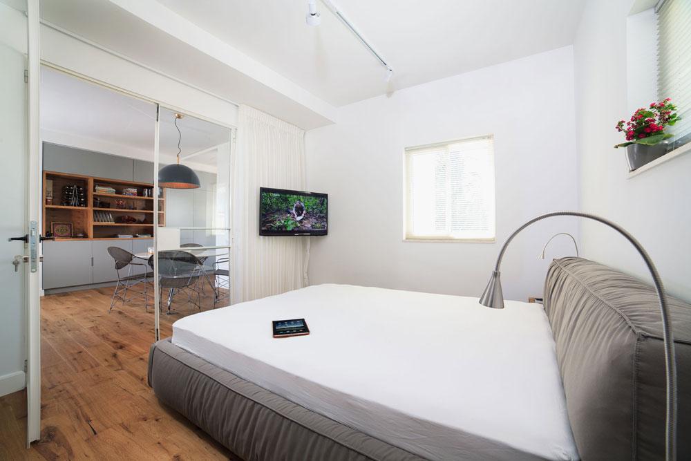 מבט מתוך חדר השינה, שאליו צמוד חדר רחצה (צילום: טל ניסים)