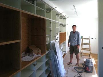 עובדים על ארון הקיר הגדול (צילום: גדי מידן)