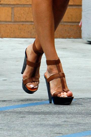 לא עומדות בקצב. הרגליים של ויקטוריה בקהאם (צילום: splashnews/asap creative)