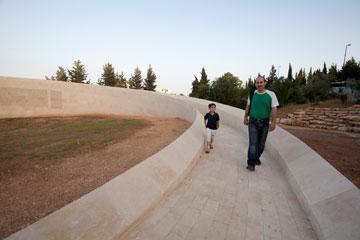 ראשוני המבקרים מגלים את המקום (צילום: דור נבו)