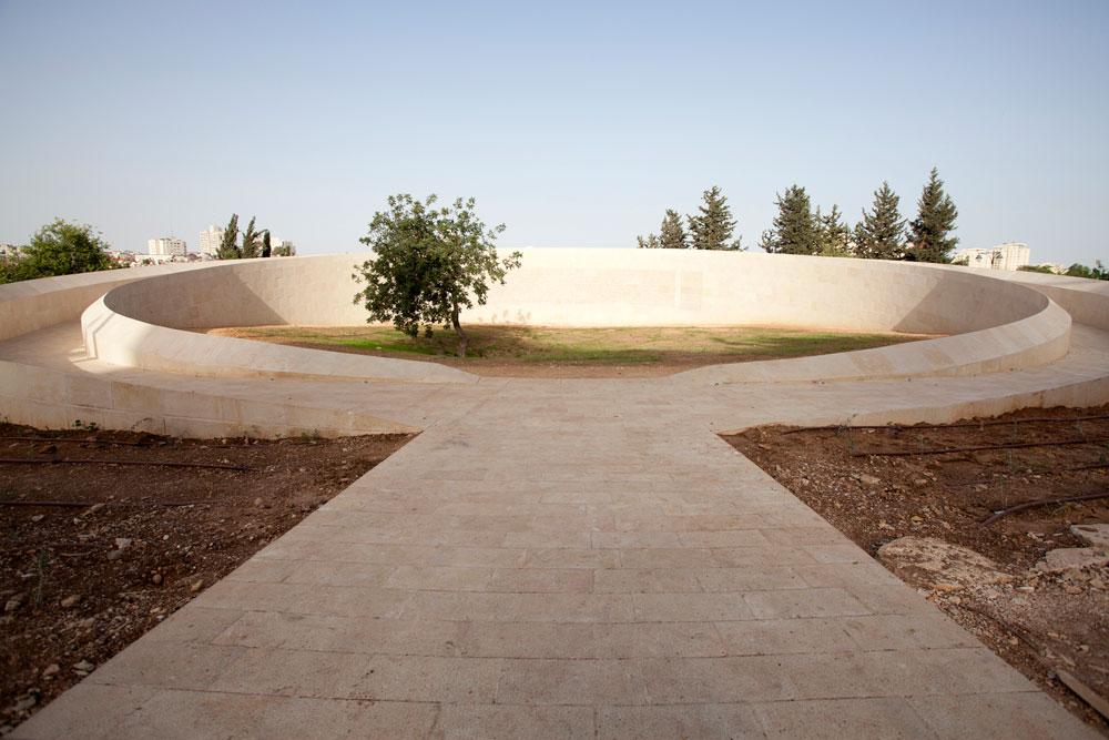 עץ האלה הוותיק נמצא במרכז האתר, והוא מוקף בחומה עגולה שאפשר להלך עליה וללמוד באמצעות הטקסטים שעליה את סיפורי הקרבות (צילום: דור נבו)