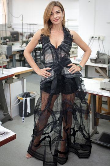 מפרגנת למעצבים ישראלים. אורנה דץ בשמלה של הסטודנט אריאל טאוב (צילום: אייל שניידר)